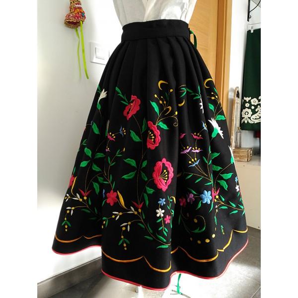 falda bordada modelo claveles